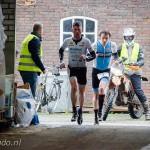 Geert Lauryssen loopt voor Alexander Picard de koestal binnen in Etten-Leur (foto: Paul Van Dongen/pavado.nl)