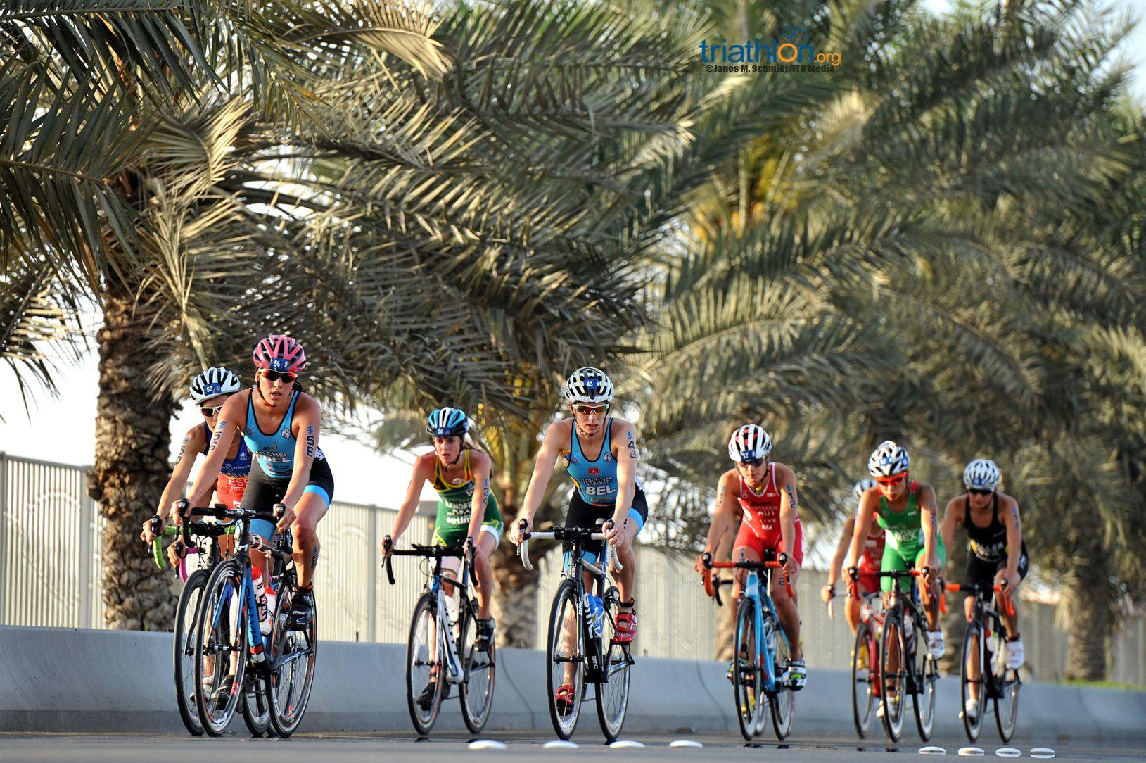 Claire en Katrien op kop van de achtervolgende groep (foto:ITU/Janos M. Schmidt)
