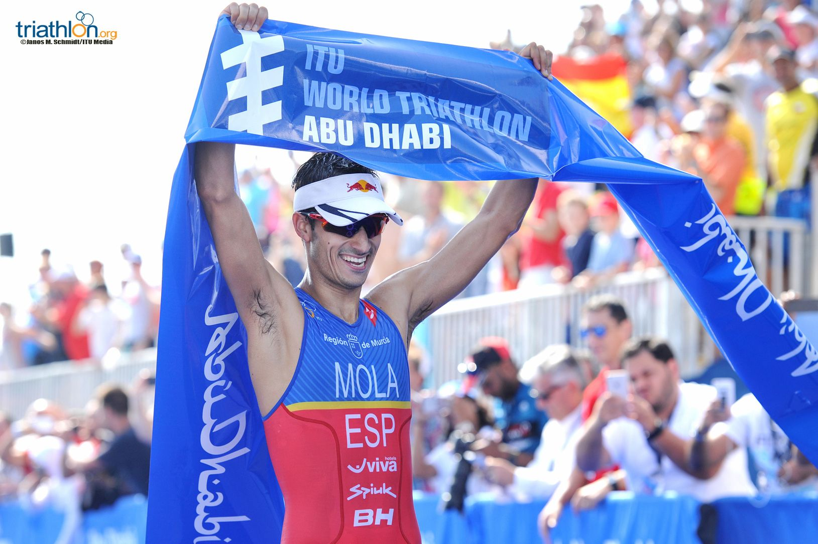 Mario Mola wint in Abu Dhabi (foto: ITU/Janos M. Schmidt)