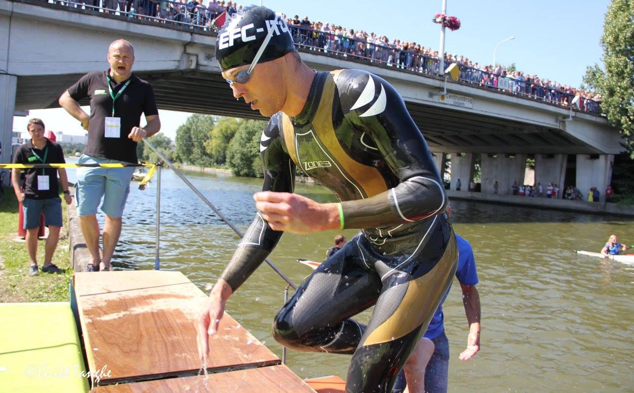 Peter Denteneer die uit het kanaal Roeselare-Leie klimt (foto: Griet Tanghe)