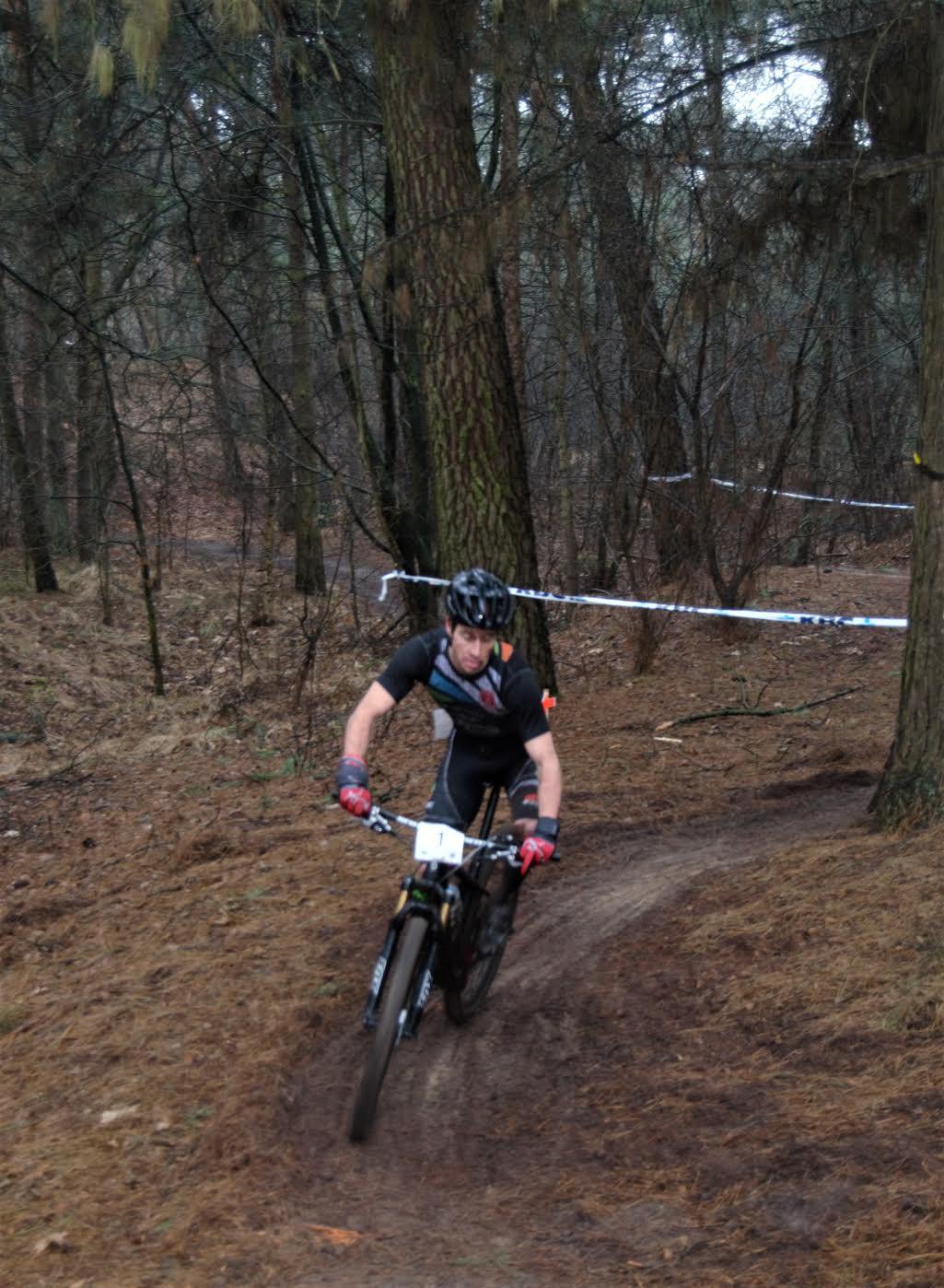 Yeray Luxem alleen op kop in het mountainbiken (foto: Marc Mercy)
