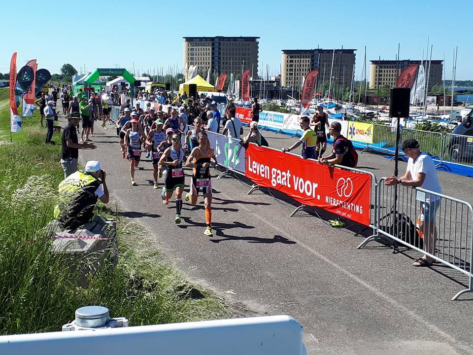 Miriam Van Reijen en Deborah Ghyseln op kop na de start (foto: Stefaan Devliegher)