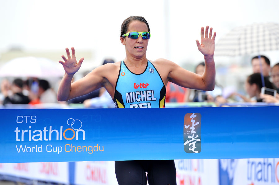 Claire Michel wint de semi final in Chengdu (foto: ITU)