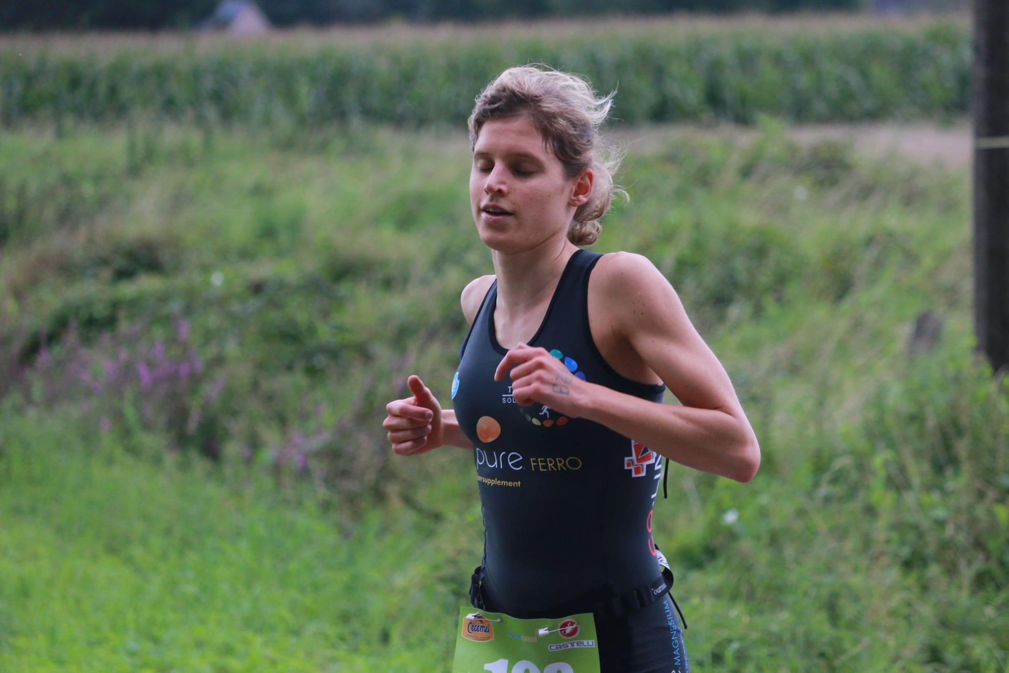 Katrien Maes van start tot finish aan de leiding (foto: Chris Hofkens)