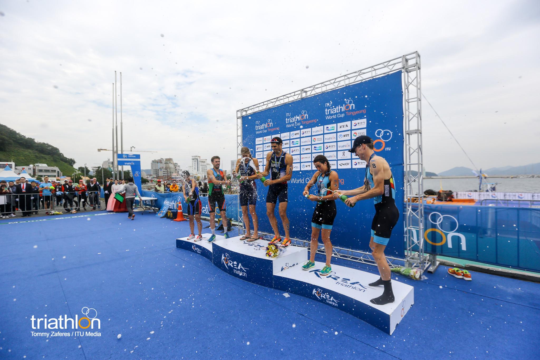 Van Riel en Michel samen op podium (foto: ITU/Tommy Zaferes)