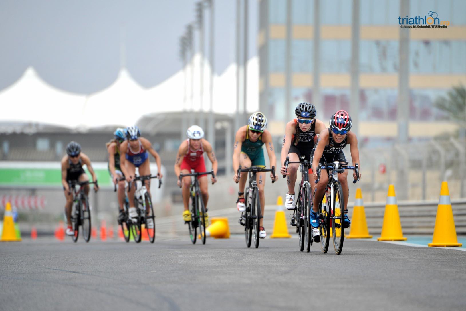 Kirsten Nuyes op de fiets in WTS Abu Dhabi (foto: ITU/Janos M. Schmidt)