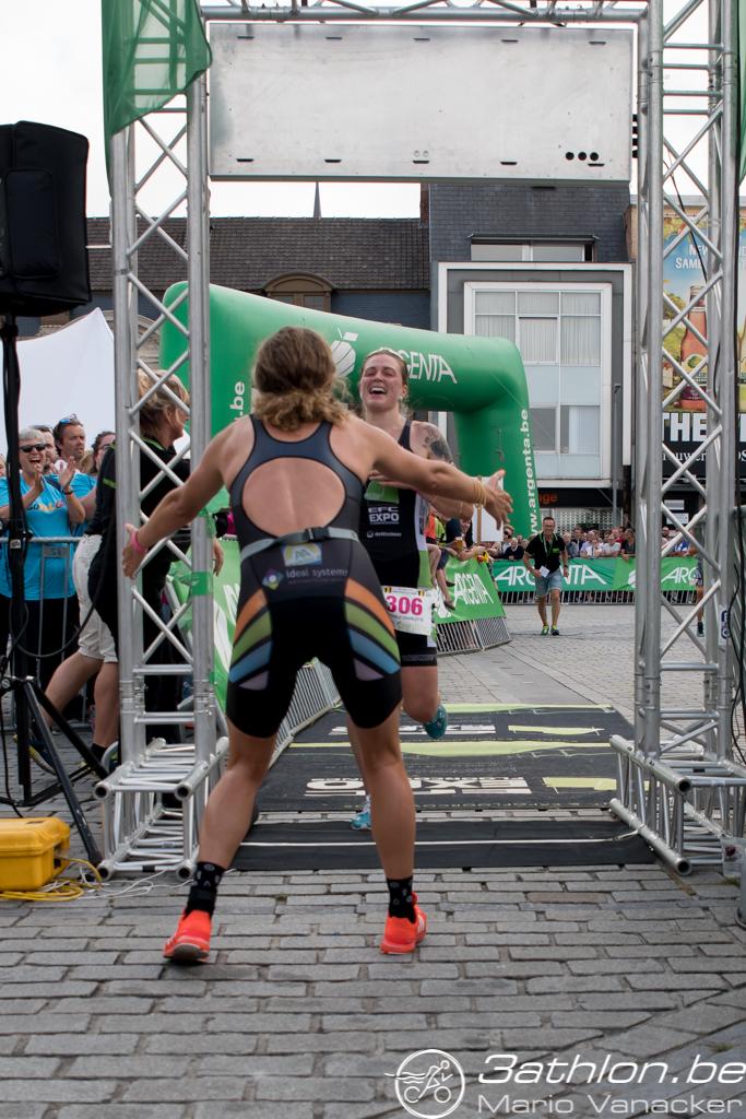 Valerie Barthelemy ontvangt Charlotte Deldaele met open armen (foto: 3athlon.be/Mario Vanacker)