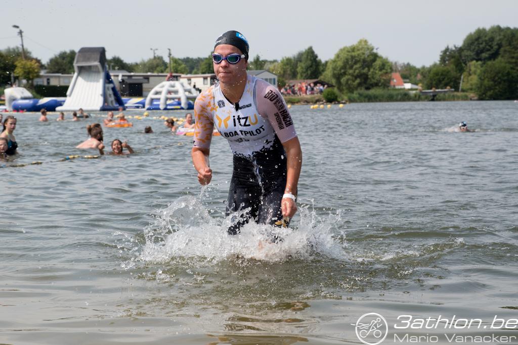 Amber Rombaut als eerste uit het water (foto: 3athlon.be/Mario Vanacker)