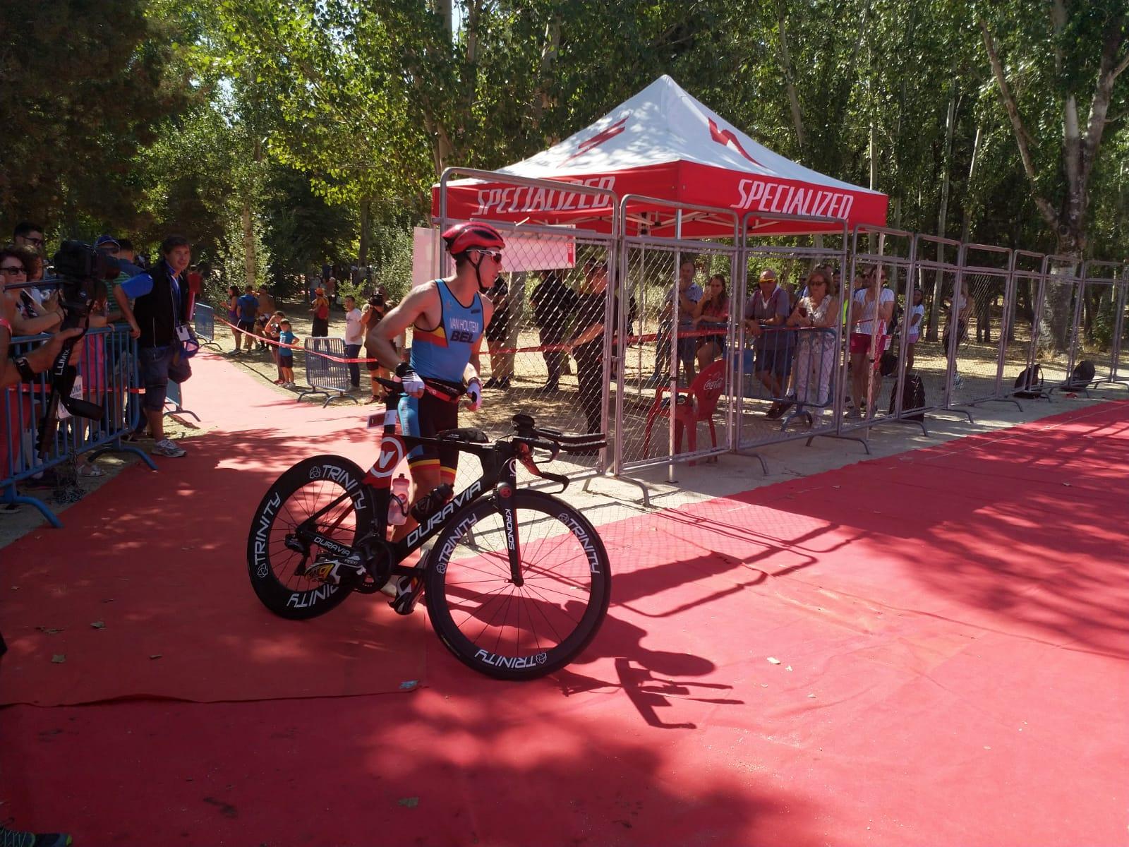 Timo als eerste van de fiets in Madrid (foto: 3athlon.nl)