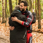 Bert Ingels krijgt een knuffel van de man die hij vorig jaar redde (foto: 3athlon.be/Johan Tack)