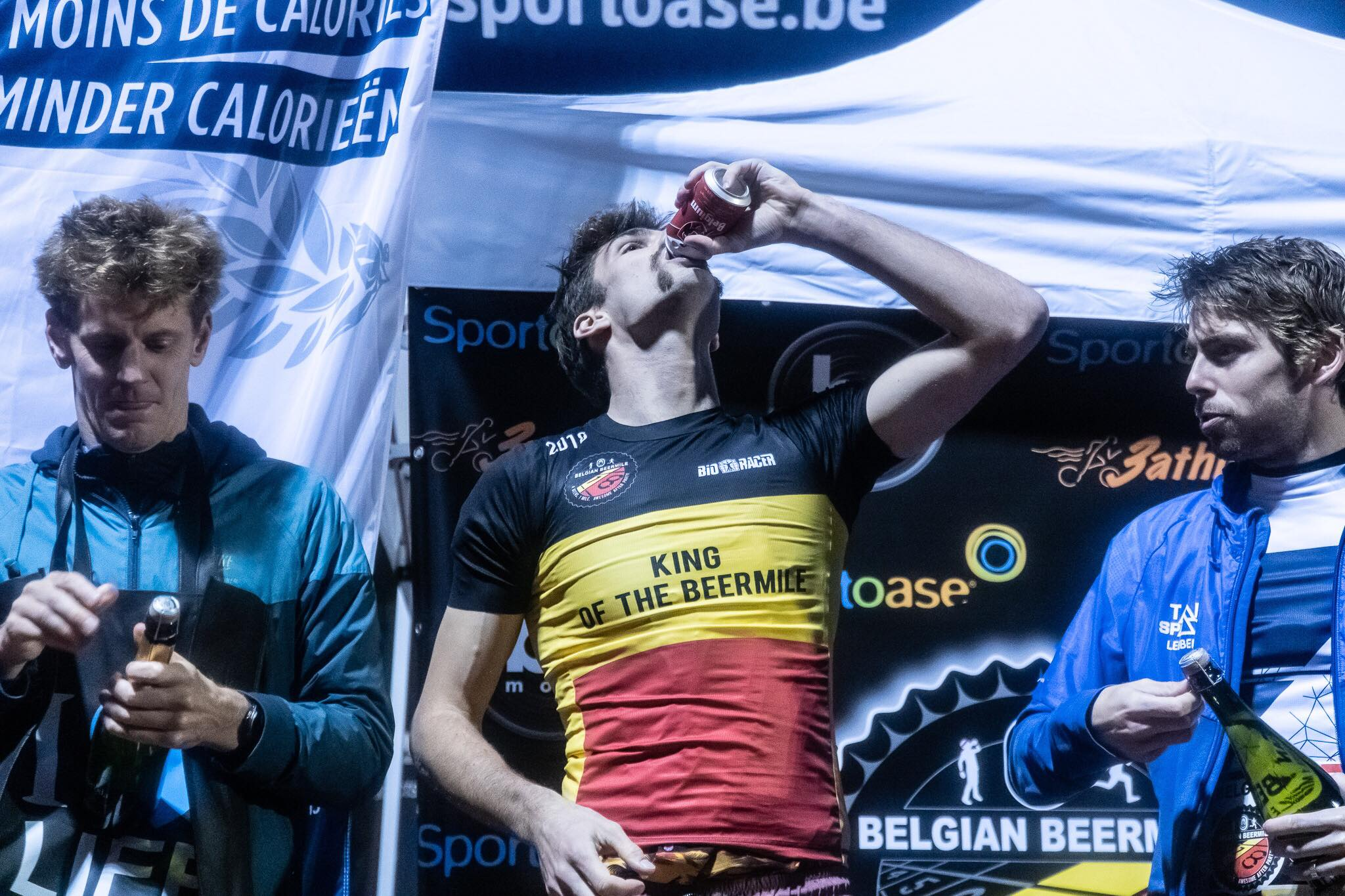 Antonio Hernaert drinkt er nog eentje op zijn overwinning (foto: 3athlon.be/Gert-Jan D'haene)