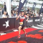 Ophelie Saussus aan de finish in Xiamen (foto: Ophelie Saussus)