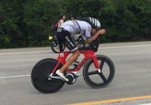 Antony Costes in de bidsprinkhaanhouding tijdens Ironman Texas. (Foto Morf Tech)